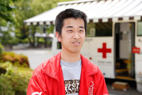 「若者の献血離れを食い止めたいという思いで活動しています。献血が初めての人でも、講義の空き時間などを利用してぜひ参加してみてください」と学生自治会献血会の舘上敏幸さん(機械システム工学科 4年)