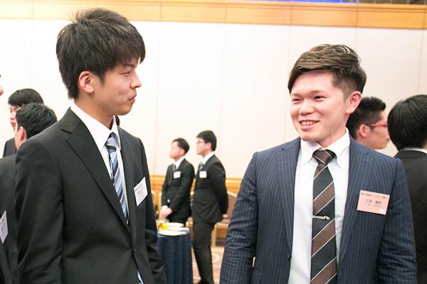 不動産業界へ就職した先輩からアドバイスをもらう宮内さん(左)