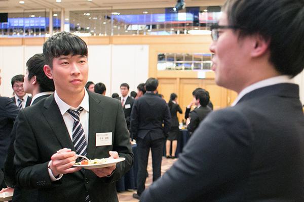 東京での仕事について聞く寺本さん(左)。自然と視線に熱がこもります。