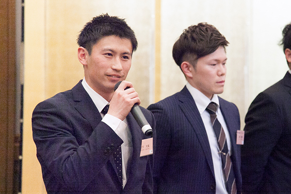 後輩に思いを伝える川下さん(左)