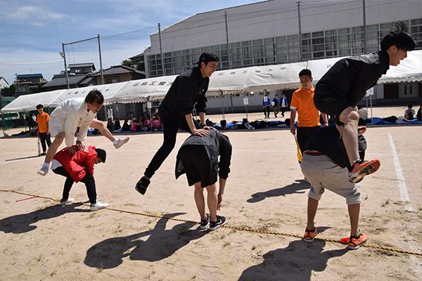 6人1チームで挑む「因幡の白馬跳び」。自分が跳び終えたら馬になり、全員跳び越えたら、また跳んで。テンポよく軽やかにゴールを目指します。