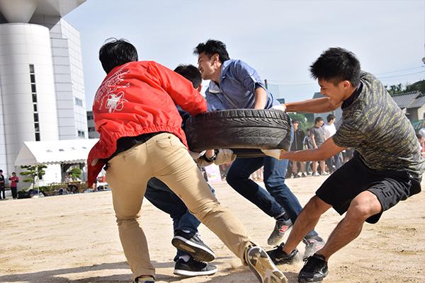 「タイヤ奪い」は力と力の勝負。同点再試合になるほどの接戦を繰り広げました。