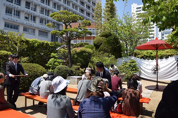 茶室「雙鶴堂」では茶道部の学生が抹茶のおもてなし。