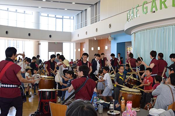 演奏後は和太鼓体験を実施。普段なかなか触ることができない和太鼓に子どもたちは夢中。
