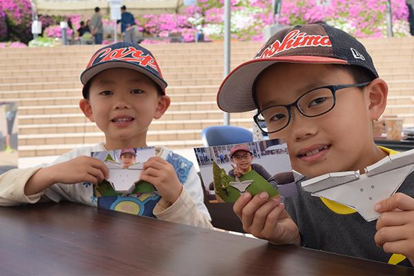 毎年参加している花田拓真くん(左)と花田愼也くん(右)兄弟。「大学生のお兄さんに手伝ってもらいながら上手く作れました」と砂防ダムのペーパークラフトを見せてくれました。