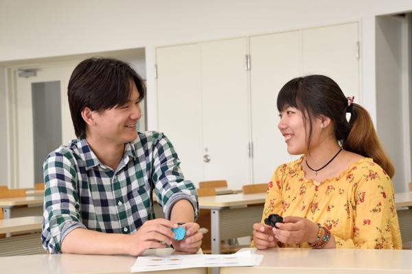 「広島工大専用の留学生会館で生活できて快適!」と楊さん(左)、房さん。