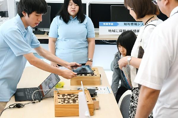 タブレットPCを右に傾けると、連動して迷路が右に。操作には脳波や筋肉の動きといった生体信号を活かすことも可能で、多彩な分野での応用が期待されています。