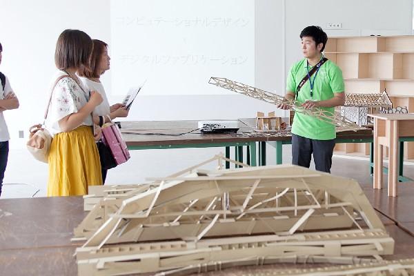 ダンボールでの橋模型を製作した学生たちは、次の段階としてNC加工機を用いたリアルなインテリア家具などの製作にチャレンジします。