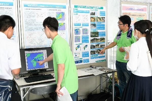 実際の被災現場や雨量データなどもフルに活用し、バックビルディングのメカニズムを詳しく解説しています。