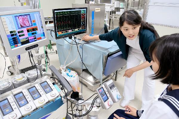 人工心肺装置は、使用する患者さんの病態や体調などによって、血液流量などの設定を細かく調整していきます。患者さんの生命に関わるので、厳密に管理しないといけません。