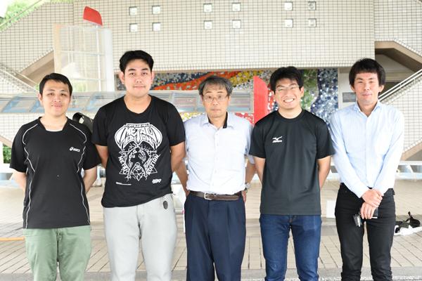 左から藤田さん、村上さん、宇都宮准教授、椿さん、相原さん