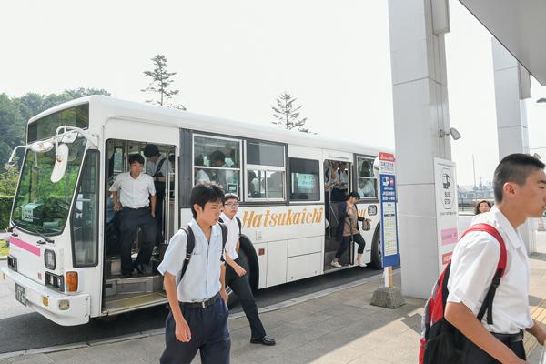 最寄りのJR五日市駅と大学を結ぶ無料のスクールバスで、高校生が到着。