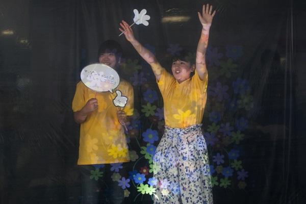 女子学生2人の前にある花柄マークは、透明スクリーンに投影された映像。ここにハートを映し出し「スキです!」なんてメッセージを流すこともできます。