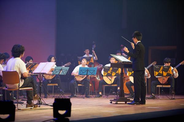 多重奏のマンドリンは心安らぐ豊かな響きが特徴的。「拍手も多く、最高の演奏会でした」清水大輔部長(地球環境学科2年)