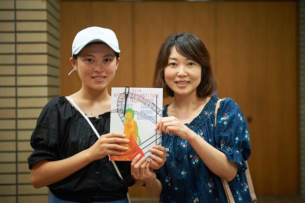 「ステージで活躍する女子学生に憧れました」来場者の河田愛南さん(左)と母の歩美さん