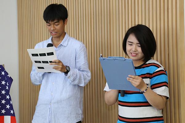 会国際交流ボランティア学生の手島さんとナカノウチさんによる司会で交流スタート。英語と日本語で進行します。