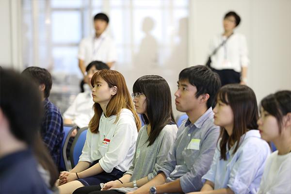参加者は、普段なかなか知ることのできない話に興味津々。英語での発表を理解しようと、真剣に耳を傾けていました。