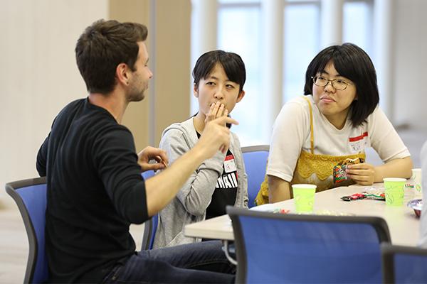 「もっと話したいのに、言葉が出てこない」と悔しがる学生の姿も。国際交流は自分の英会話スキルを知る機会にもなります。
