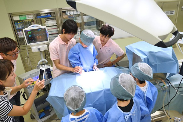 実際に病院で使われる電気メスを持って鶏肉にメスを入れます。「音もにおいもすごい!」と興奮気味に感想を話してくれました