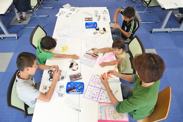 参加者の弟や妹たちのために、折り紙やぬり絵が用意されている講座もあり、「気遣いがうれしい」という保護者の方の声も