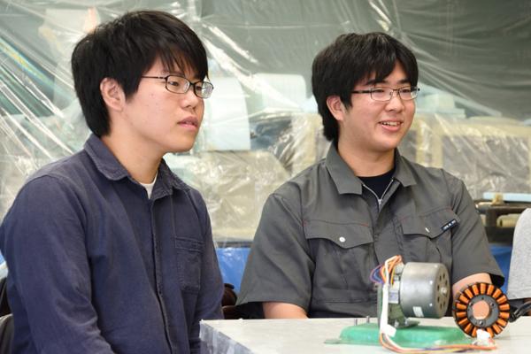 「ツイッターで他チームと交流したり、ホームページなどで情報収集を行ったりします」と話す木村さん(左)と、立花さん