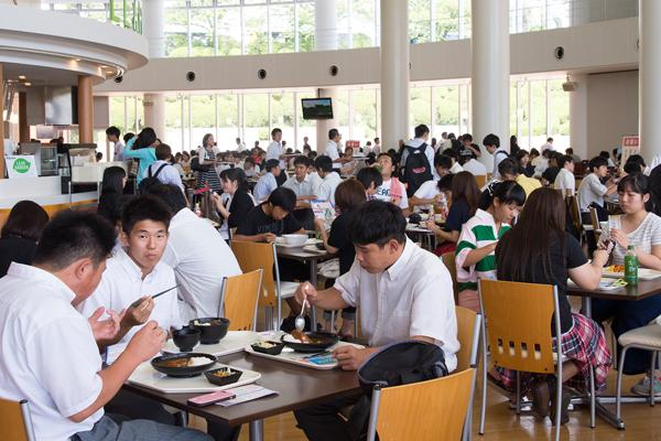 お昼近くになると多くの来場者がレストランを訪れていました。メニューの中で最初に売り切れたのは「温玉ロコモコ丼セット」でした。