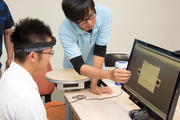 ヘッドセットを用いて脳波などの情報を取得。本人に見せた映像が脳に与える影響を測定しています。