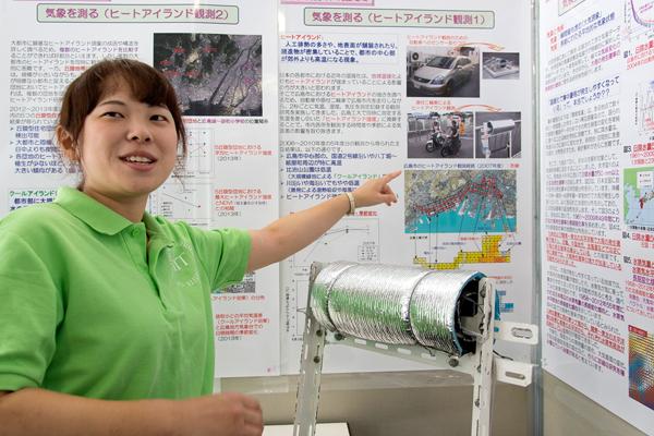 写真内の銀色に光る物体が検査器具。自動車だけでなく、広島電鉄にも協力してもらい路面電車に装着するなどして、広島市の都心部の温度・湿度・気圧も測りました。