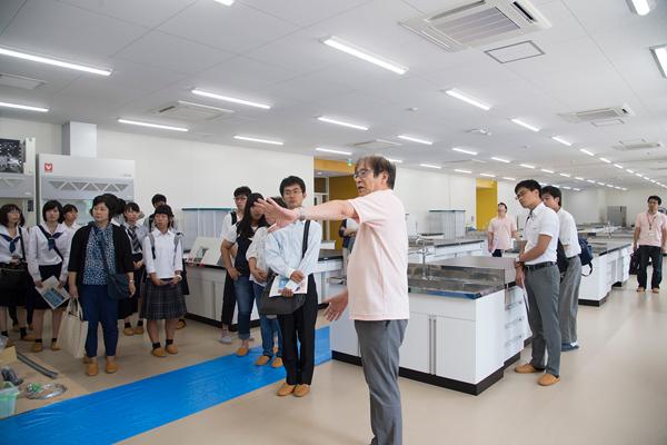 1階の学生実験室。基礎化学実験や生物学実験などの講義・実験に利用されます。食品・生命科学系の学科でこれだけ充実した実験室は、あまりありません。