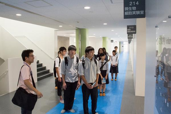 2階には微生物細胞実験室、植物細胞実験室など、主に生命科学系の研究に用いられる設備が並んでいます。