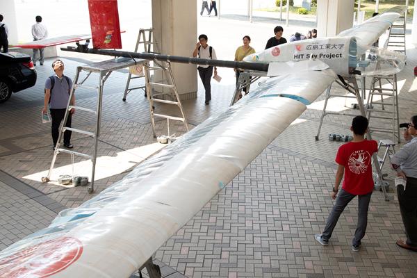 翼長22m。プロペラなしのグライダーで、高さ10mのところから3人が機体を押すことで大空を滑空します。設計・製作とも学生たちが自らの手で行いました。