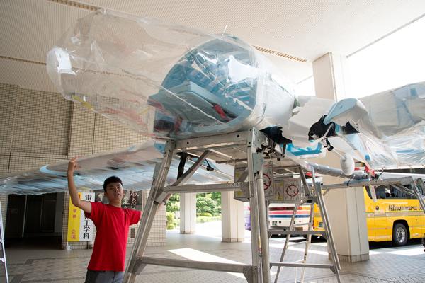 最も難しかったのは、翼の骨組みとなるリブを均一に、全て平行に揃えること。パイロットとなった学生は「チーム全員が協力して製作したおかげで飛ばせたのだと思います」と語ります。