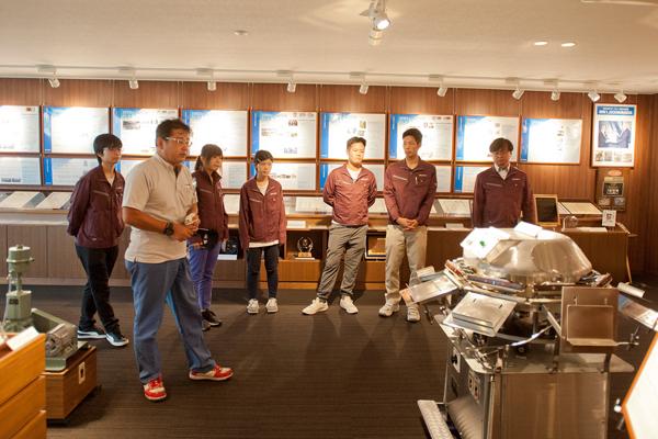 まずはパネルや製品の展示を前に古川製作所の歴史や製品についての説明を伺いました。学生たちは早くも興味津々です。