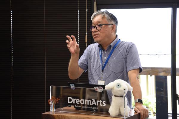 「1年・2年のうちから、社会のしくみや運営について知る機会があるのはとても良いことです」と学生に語りかける吉村さん。
