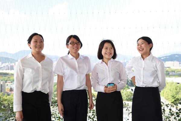 「'働くこと'について考える良い機会になりました」「質問しやすい雰囲気で、聞きたいことが聞けて良かったです」と笑顔の左から満井果林さん、田谷京香さん、中村友美さん、井上七海さん(ともに情報工学科・2年)