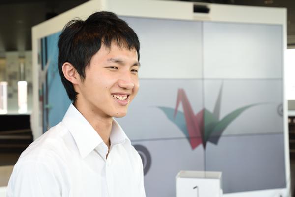 黒瀬輝さん(知能機械工学科・1年)「初めての企業訪問です。大学では機械系の勉強をしていますが、いろいろな企業を見て視野を広げたいと思って参加しました。顧客である企業と、会話をしながら仕事を進めていくところが印象的でした」