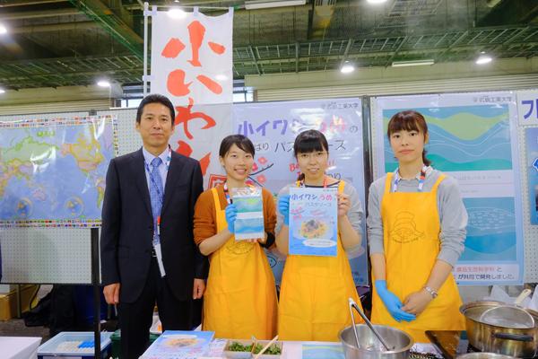 角川教授(左)と、展示会に参加したゼミ生たち。一番右が開発に携わった木村さん