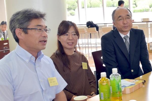 植村健太郎さん(地球環境学科2年)のご両親(写真左・中央)。「他の大学で、このような懇談会があるとはあまり聞いたことがない。大学での様子や成績のことが分かるのがありがたい」