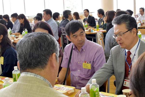学長の話に聞き入る古田聖季さん(食品生命科学科3年)のお父様((写真中央)。「いつもは福岡会場に出席しています。素晴らしい施設で学ばせていただいていますね」