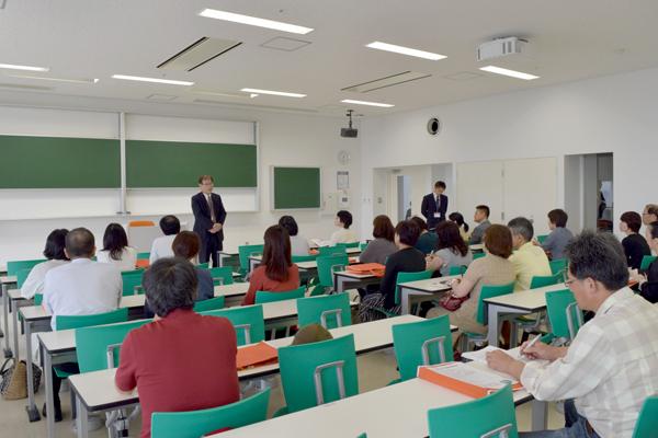 """土屋生命学部長は、9月7日に竣工した生命学部の新しい学びの場""""27号館""""を紹介。「26号館と合わせて2棟を使い、学生たちはいきいきと学んでいます」"""