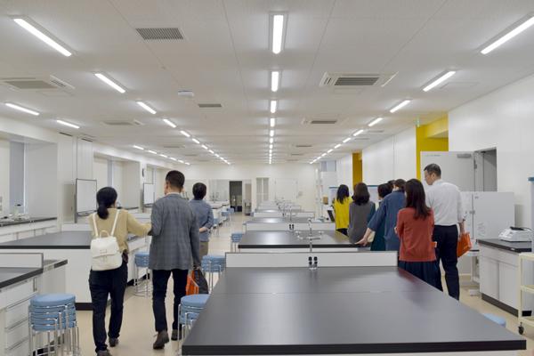 食品生命科学科では、希望者を対象に27号館の見学会が急遽実施され、保護者の皆さまに、最新の研究施設を見学いただきました。