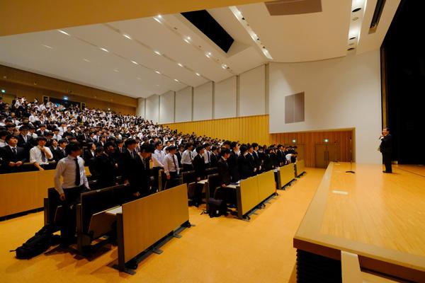 599人収容のデネブホールはスーツ姿の学生で満員となりました。対象の学生が全員出席できるよう、同じ内容のガイダンスを1日に3回行います