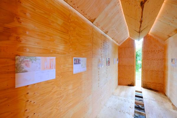 108枚のベニヤ板と約60本の角材で作られたギャラリー
