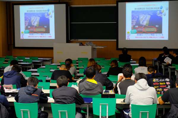 映像を注視する参加学生たち