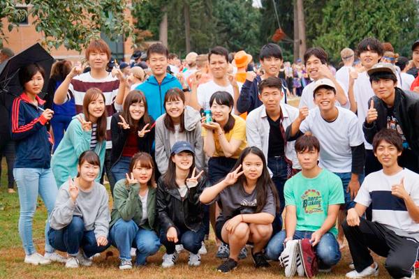 トリニティ・ウエスタン大学への派遣留学生4名と学友たち。大学のキャンパスにて