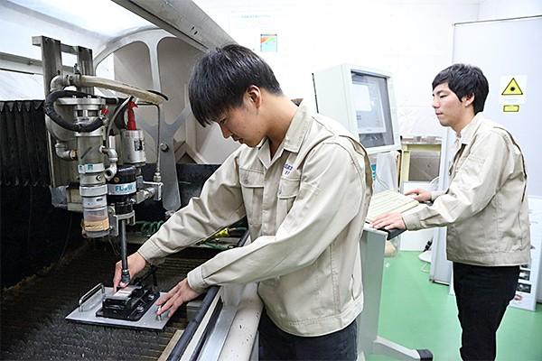 表面加工の実験。ノズルの高さや、水圧などを変えて、加工面の形状と性質の変化を調べる。