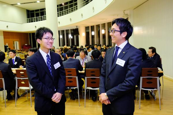 実習生の漆原さん(左)と談笑する(株)フジタの富澤様「積極的に学ぼうという意欲を感じました」