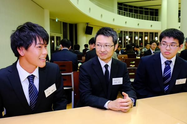 三野さん(左)、濵崎さん(右)と実習を振り返る(株)大林組の杉田様(中)「知識と現場とのギャップを実感することで、得るものがあったと思います」