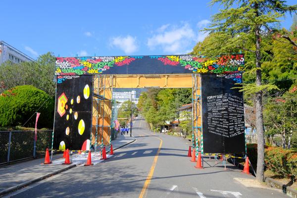 来場者を迎えるゲートは学生が製作。ゲートをくぐると、お祭りの期待感が高まります
