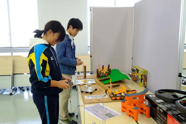 科学部のブースでは古い電子機器や玩具、タイプライターなどを展示。岡山県から来場した高校生は「広島工業大学への進学を考えています。大学の雰囲気を知りたくて来ました」